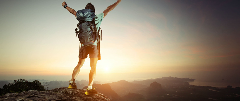 un alpinista en la cima de montaña