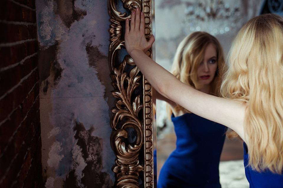 espejo y mujer con crisis de los 40